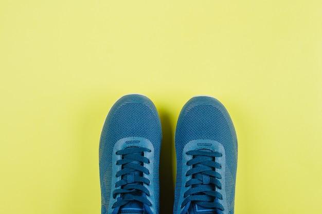 Fond de sport. paire de chaussures de sport - nouvelles baskets Photo Premium
