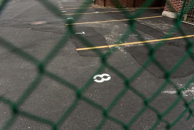 Fond de stationnement vu à travers la clôture Photo gratuit