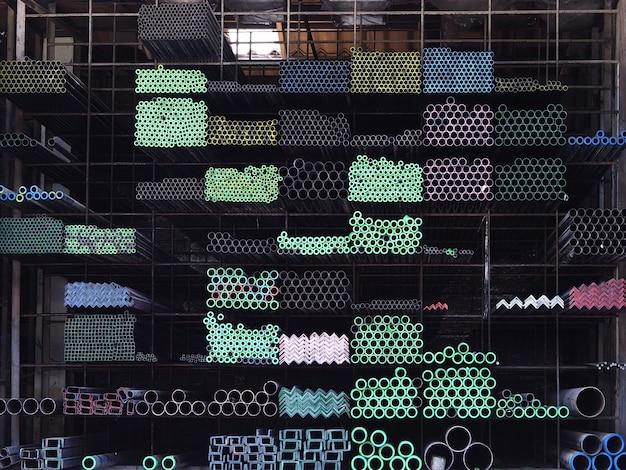 Fond de stockage de pile de matériel en acier. Photo Premium