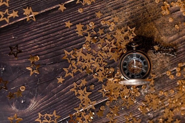 Fond De Table De Noël Avec Sapin De Noël Décoré Et Guirlandes Photo Premium