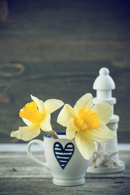 Fond avec une tasse à café bleue et des fleurs Photo Premium