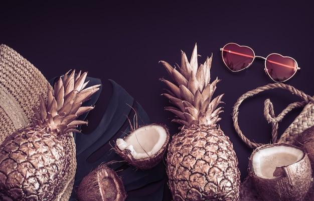 Fond Tropical D'été Avec Ananas Doré Et Accessoires D'été Avec Des Lunettes En Forme De Coeur, Sur Fond Noir Mat, Concept De Créativité Et De Style Photo gratuit