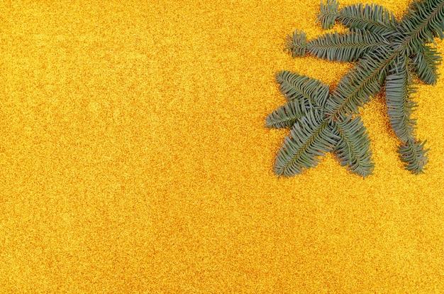 Fond De Vacances. Branches D'arbres De Noël Sur Fond Doré. Photo gratuit