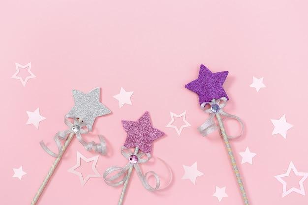 Fond De Vacances Fête D'anniversaire Fille Enfants Avec Des étoiles Brillantes Et Une Baguette Magique Rose De Couleur Pastel. Photo Premium