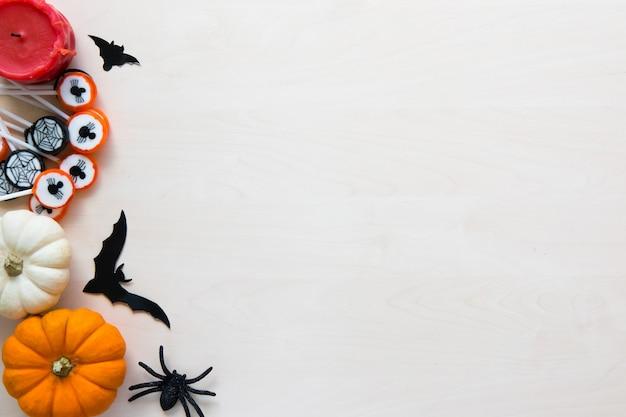 Fond De Vacances Halloween Avec Des Araignées, Des Chauves-souris, Des Bonbons Et Des Citrouilles Sur Bois Photo Premium