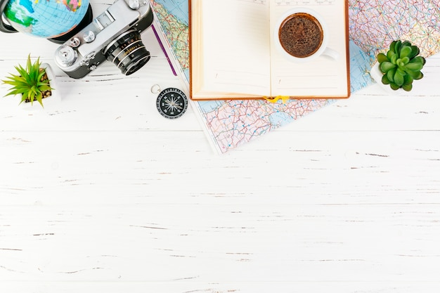 Fond de voyage avec accessoires et fond sur le fond Photo gratuit
