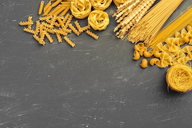 Fond de vue de dessus de diverses pâtes. concept de cuisine Photo Premium