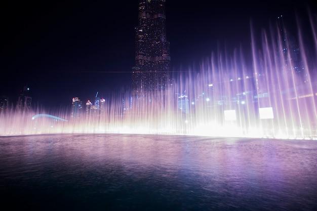 Fontaine d'eau dansante de dubaï Photo Premium