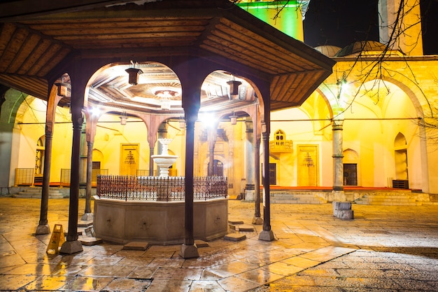 Fontaine shadirvan sur cour de la mosquée gazi husrev-bey, sarajevo Photo Premium