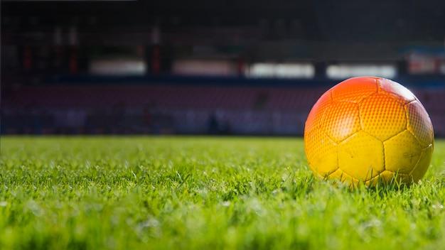 Football allongé dans le stade Photo gratuit
