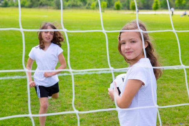 Football football kid filles jouant sur le terrain Photo Premium