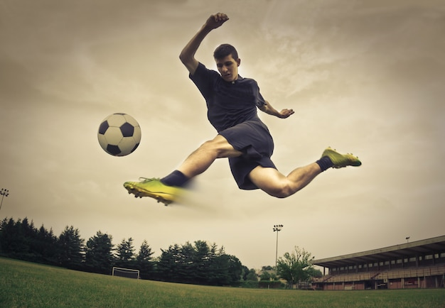 Footballeur taper dans un ballon Photo Premium