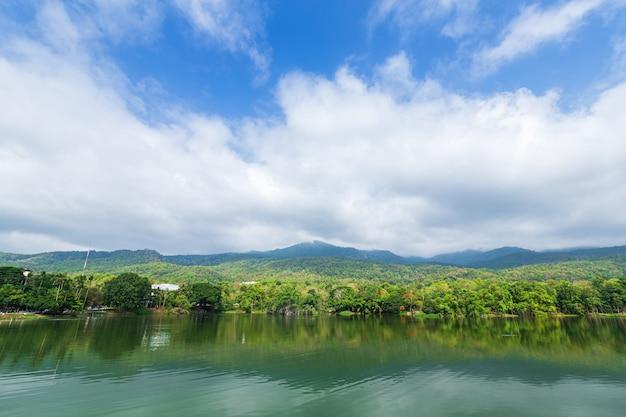 Forêt de la chaîne de montagnes avec le fond de ciel bleu du réservoir de l'université ang kaew chiang mai, thaïlande. Photo Premium
