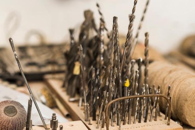 Forets de différentes tailles sur une planche de bois Photo gratuit