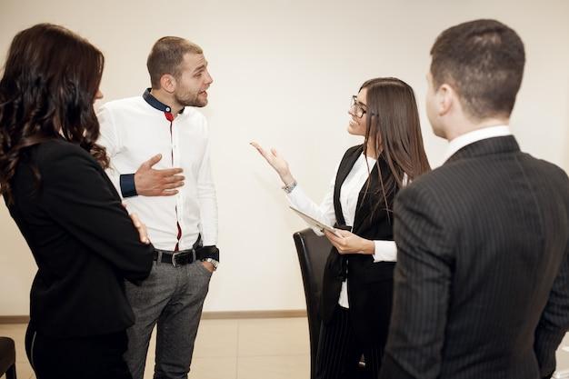 Formation d'entreprise de jeunes bureaux d'affaires Photo gratuit