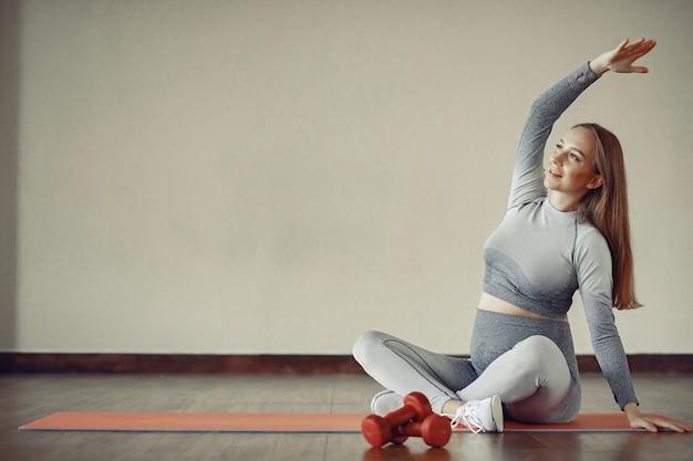 Formation De Femme Enceinte Dans Une Salle De Sport Photo gratuit