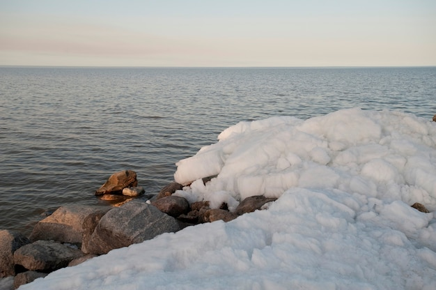 Formation de glace sur le lac winnipeg à gimli, manitoba, canada Photo Premium