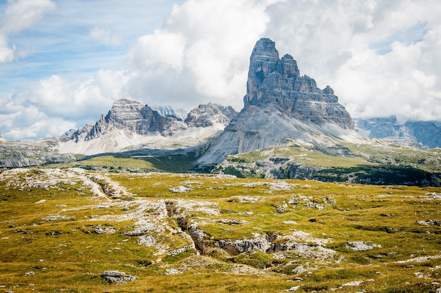 Formation Rocheuse Sur Un Grand Champ D'herbe Sous Un Ciel Bleu Nuageux Pendant La Journée Photo gratuit