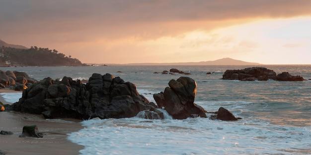 Formations rocheuses sur la côte, sayulita, nayarit, mexique Photo Premium