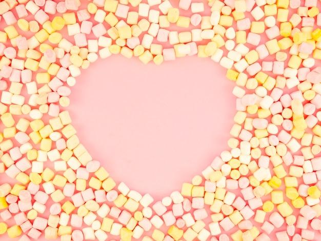 En Forme De Coeur Entouré De Bonbons Photo gratuit