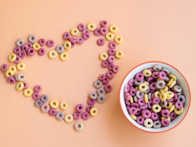 Forme de coeur faite avec des céréales et un bol Photo gratuit