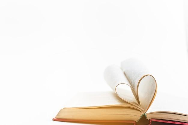 Forme de coeur faite à partir de pages de livre Photo gratuit