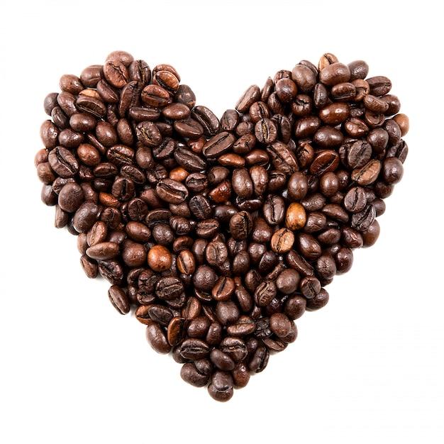 Forme de coeur isolé à partir de grains de café noir Photo Premium