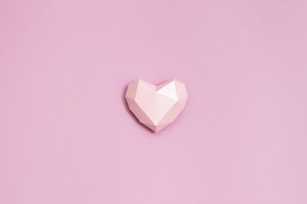 Forme De Coeur De Papier Polygonale Rose Sur Papier Rose. Fond De Vacances Pour La Saint Valentin. Photo Premium