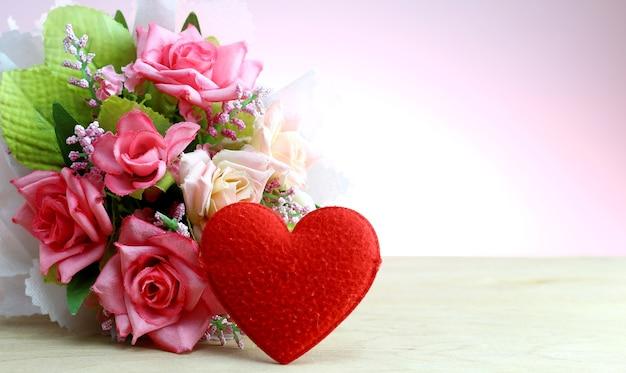 Une Forme De Coeur Rouge Avec Bouquet De Fleurs De Rose