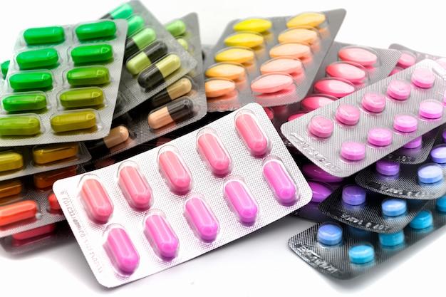 Forme de dosage colorée de médicament oral en bandes. Photo Premium