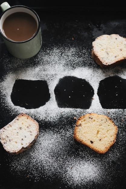 Forme de pain faite avec du sucre en poudre sur fond noir Photo gratuit