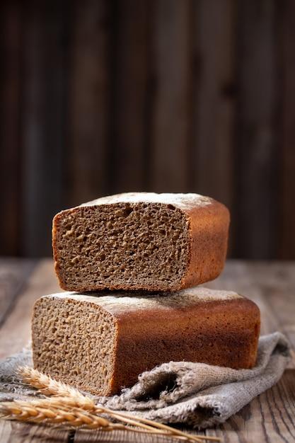 Former du pain de seigle sur la coupe. Photo Premium