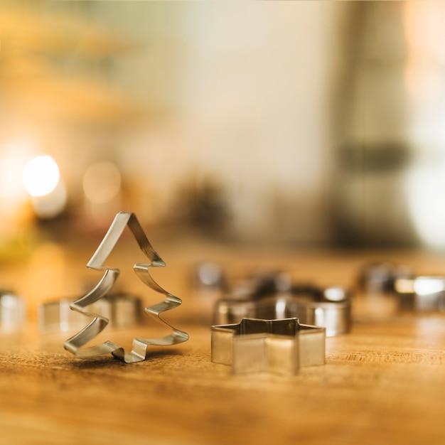Formes de biscuit sur le bureau en bois Photo gratuit