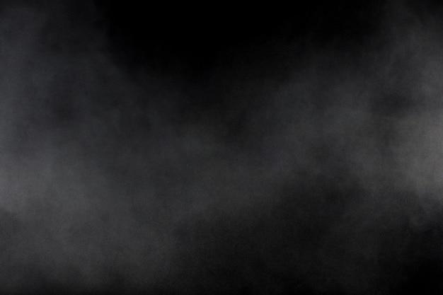 Formes bizarres de nuage d'explosion de poudre blanche sur fond noir. éclaboussures de particules de poussière blanche. Photo Premium