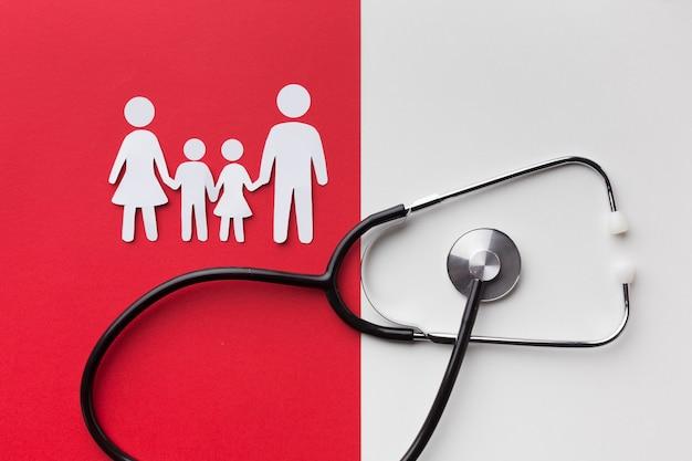 Formes De Famille En Carton Et Stéthoscope Photo gratuit
