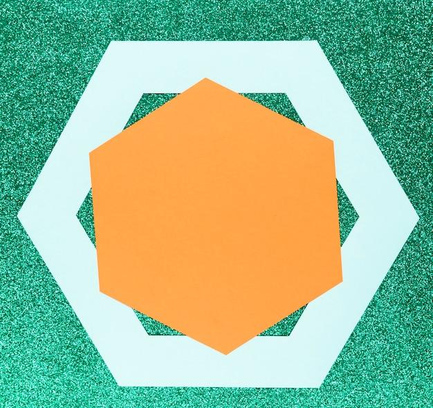 Formes géométriques sur fond vert Photo gratuit