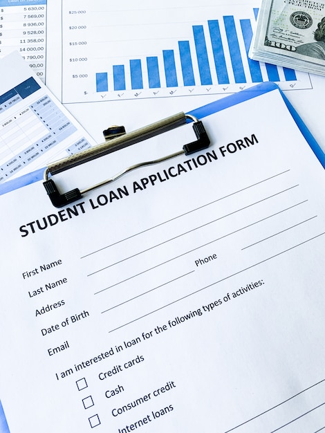 Formulaire de demande de prêt étudiant sur la table Photo Premium