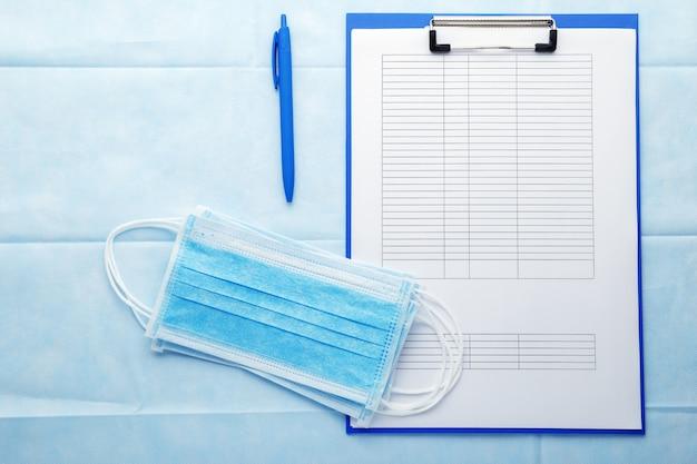 Formulaire De Test Covid Avec Des Masques Hygiéniques Médicaux Photo Premium