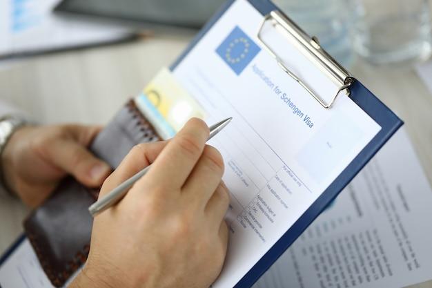Formulaire De Visa Pour Une Main Masculine Photo Premium