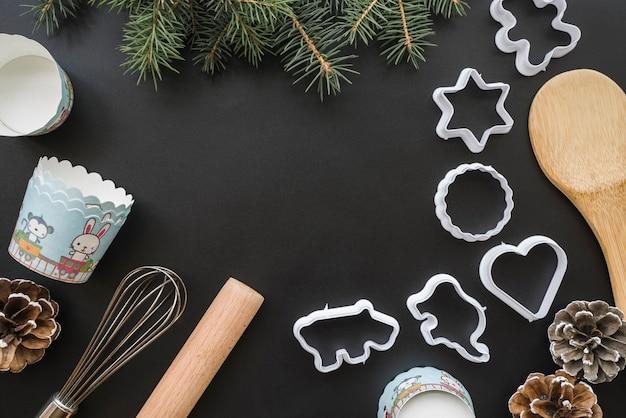 Formulaires pour les biscuits près des gobelets en papier et des brindilles de sapin Photo gratuit