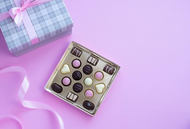 Fort De Pralines Au Chocolat Avec Noeud Rose Sur Fond Rose Photo Premium