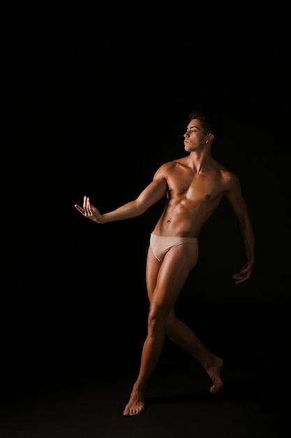 Forte danseuse s'avançant et main en mouvement Photo gratuit