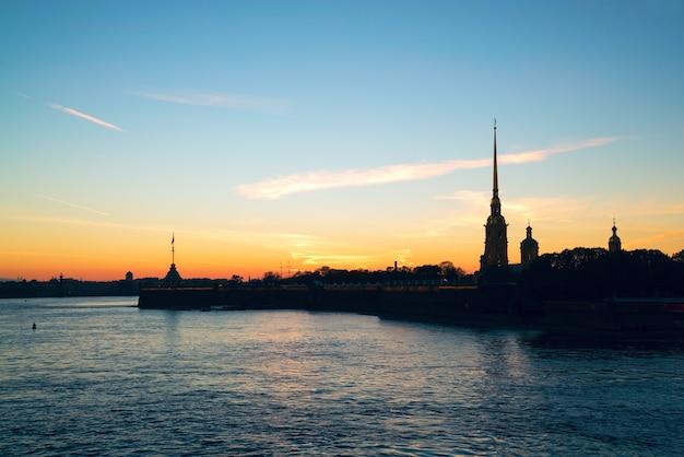 Forteresse petropavlovskaya. paysage urbain d'automne au coucher du soleil, la rivière neva. Photo Premium