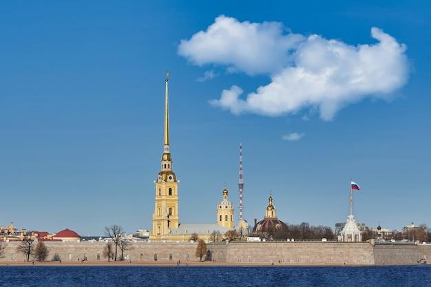 Forteresse Pierre Et Paul Sur La Neva. La Russie, La Ville De Saint-pétersbourg Contre Le Ciel Bleu Photo Premium