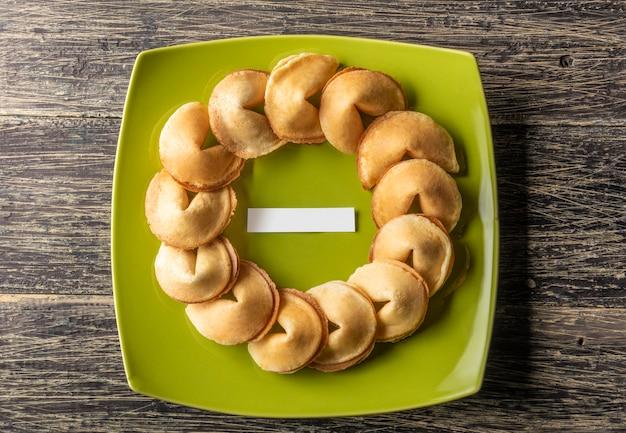 Fortune Cookies Avec Du Papier Vierge Au Milieu De La Plaque Verte Photo Premium