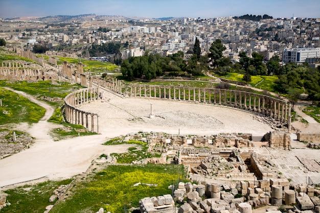 Forum et rue colonnade à jerash, en jordanie Photo Premium