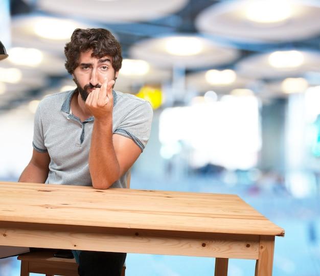 Fou jeune homme avec l'expression table Photo gratuit