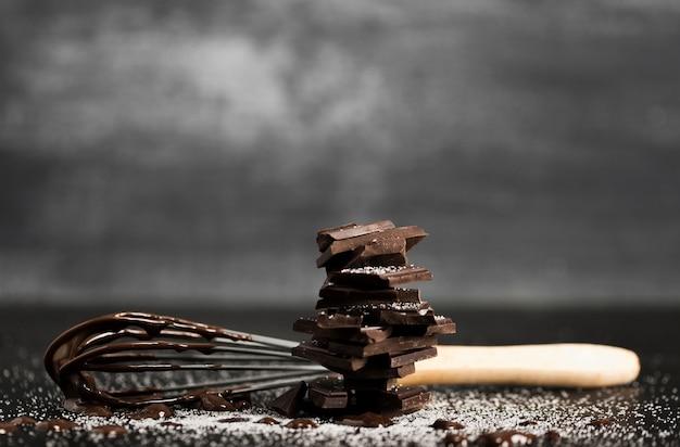 Fouetter avec des morceaux de chocolat vue de face Photo gratuit