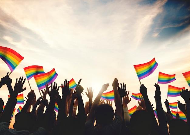 Une foule avec des drapeaux arc-en-ciel lgbt Photo Premium