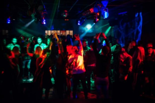 Foule floue de personnes lors d'une fête lors d'un concert Photo Premium